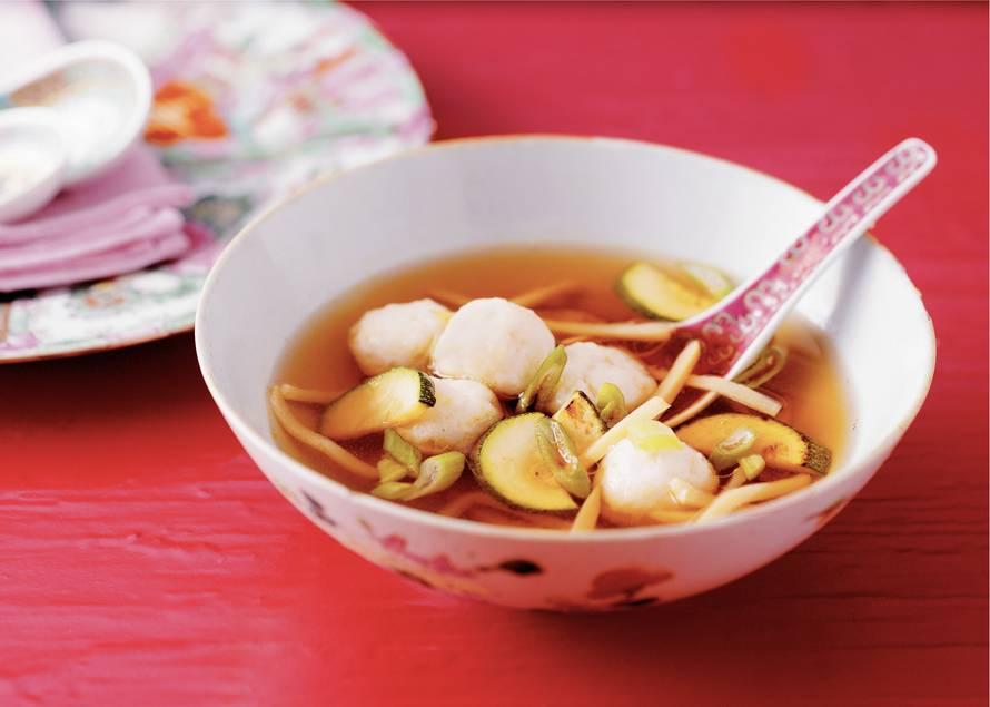 Geurige bouillon met courgette en visballetjes