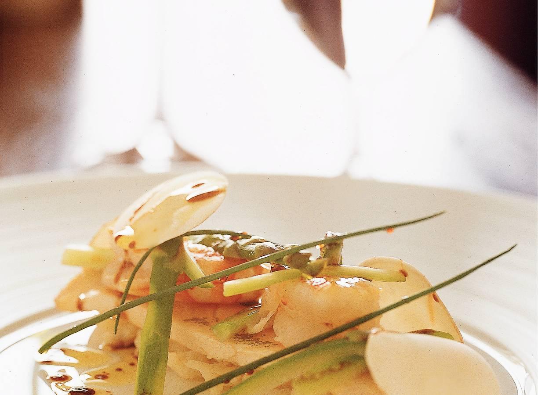 Forelfilet met scampi en bloemkool-aspergessalade