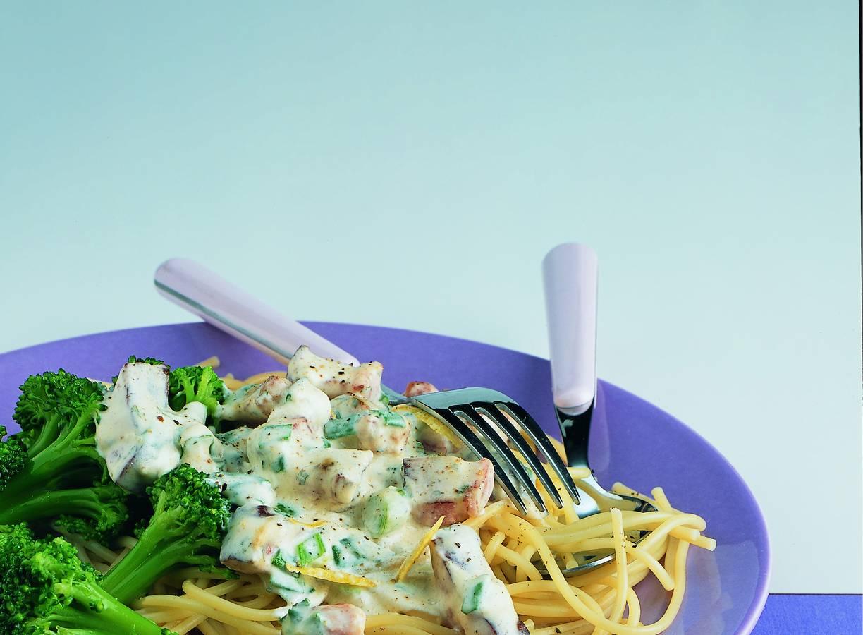 Spaghetti met kruidenroomkaas en broccolisalade