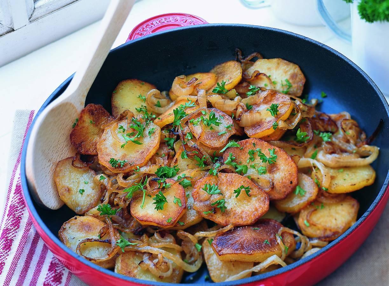 Gebakken aardappels met uiringen