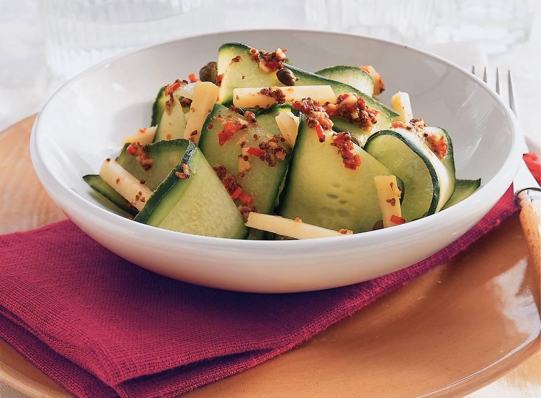 Komkommersalade met gemarineerde geitenkaas