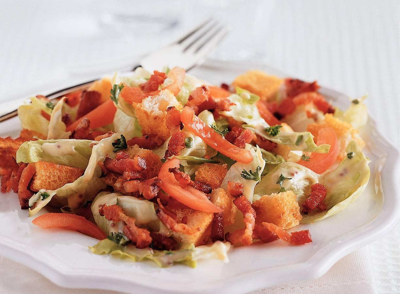 Salade met spekreepjes en croutons