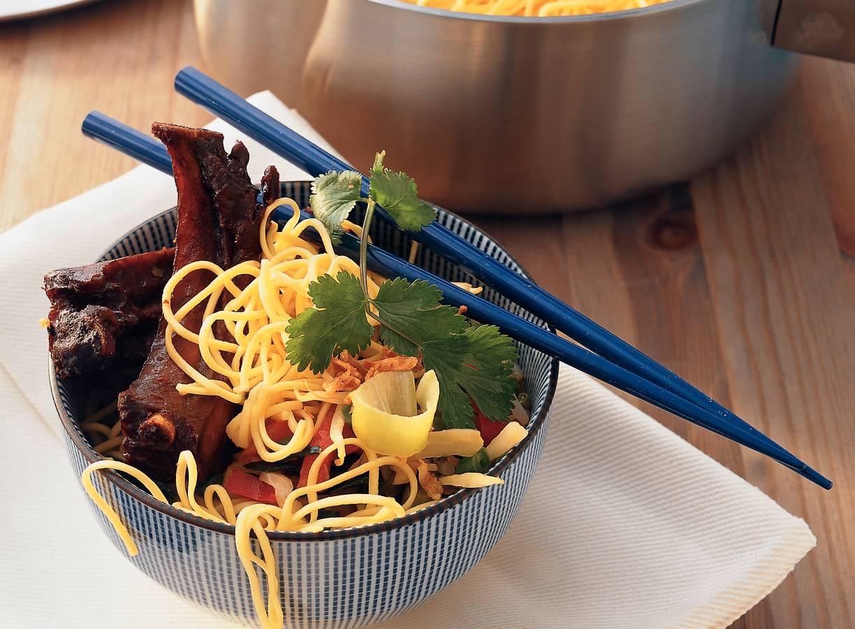 Spareribs met Chinese mie uit de wok