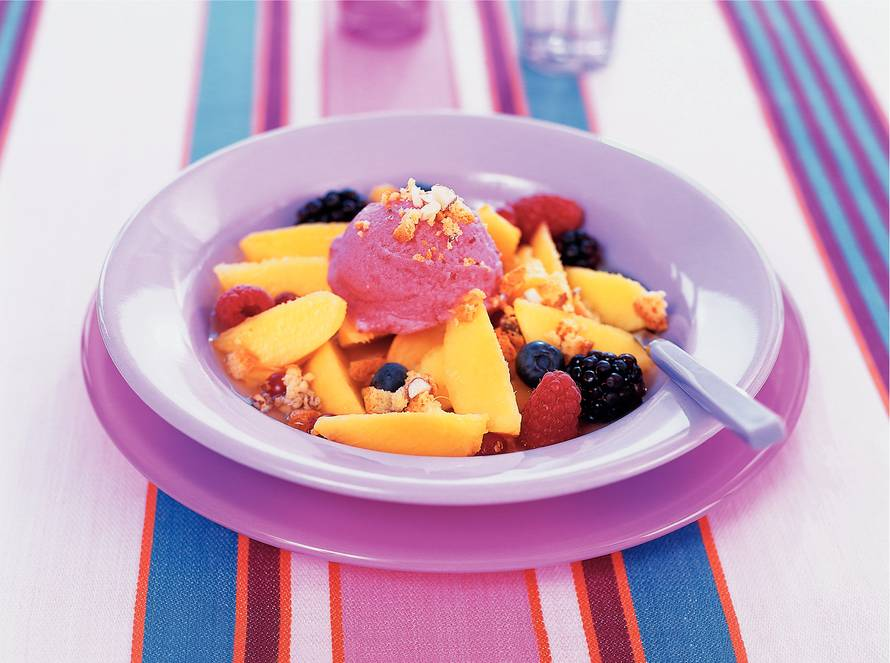 In wijn gemarineerde nectarines met zomerfruit