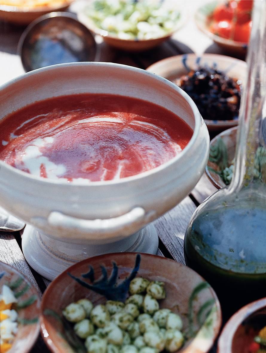 Gazpacho (koude tomatensoep) met kruidenolie en  aardappelcrème