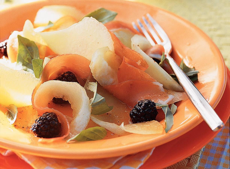 Meloensalade met ham, bramen en basilicum