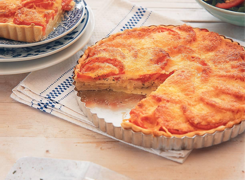 Tomatentaart met zoete ui & oude kaas