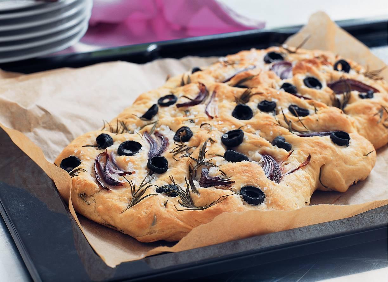 Plat brood met rozemarijn, olijven en ui