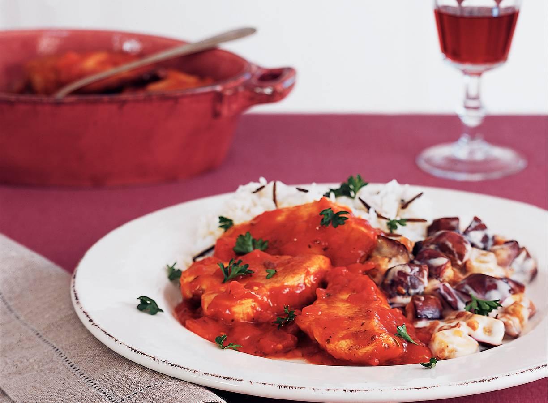 Kip in kruidige tomatensaus en aubergine