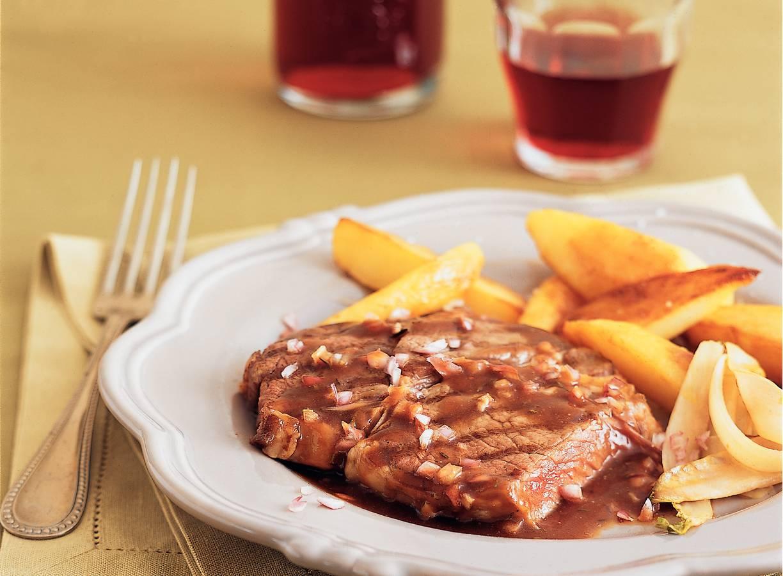 Ribeye met rodewijnsaus, gebakken aardappels en witlof
