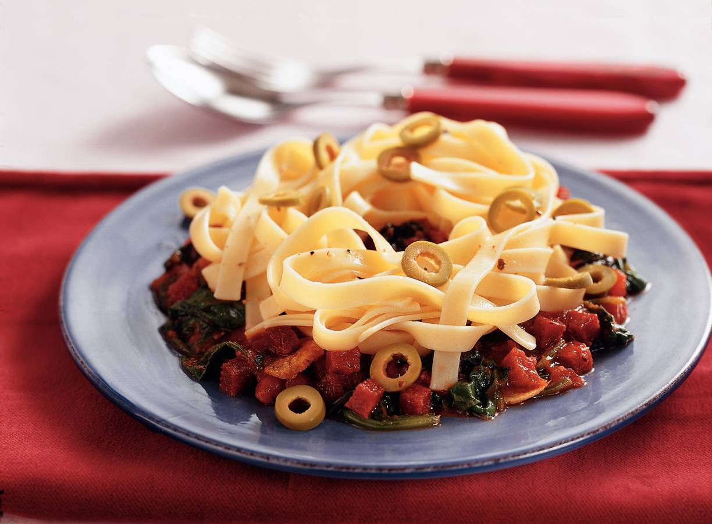 Tagliatelle met salami en spinazie in tomatensaus