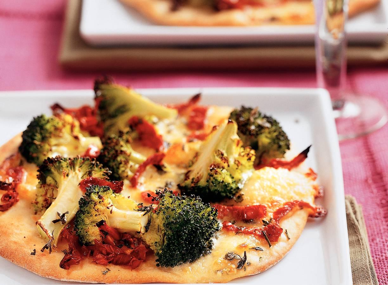 Pizza met mozzarella en broccoli