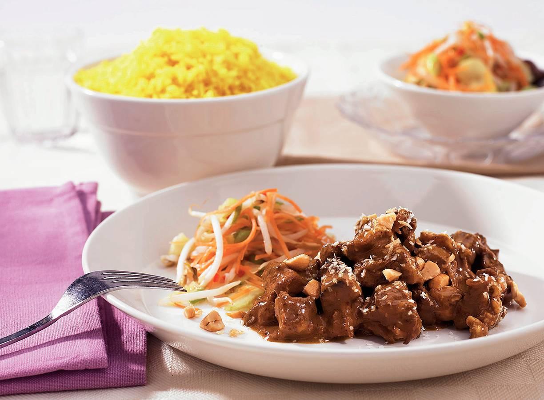 'Rendang' met gele rijst en atjar