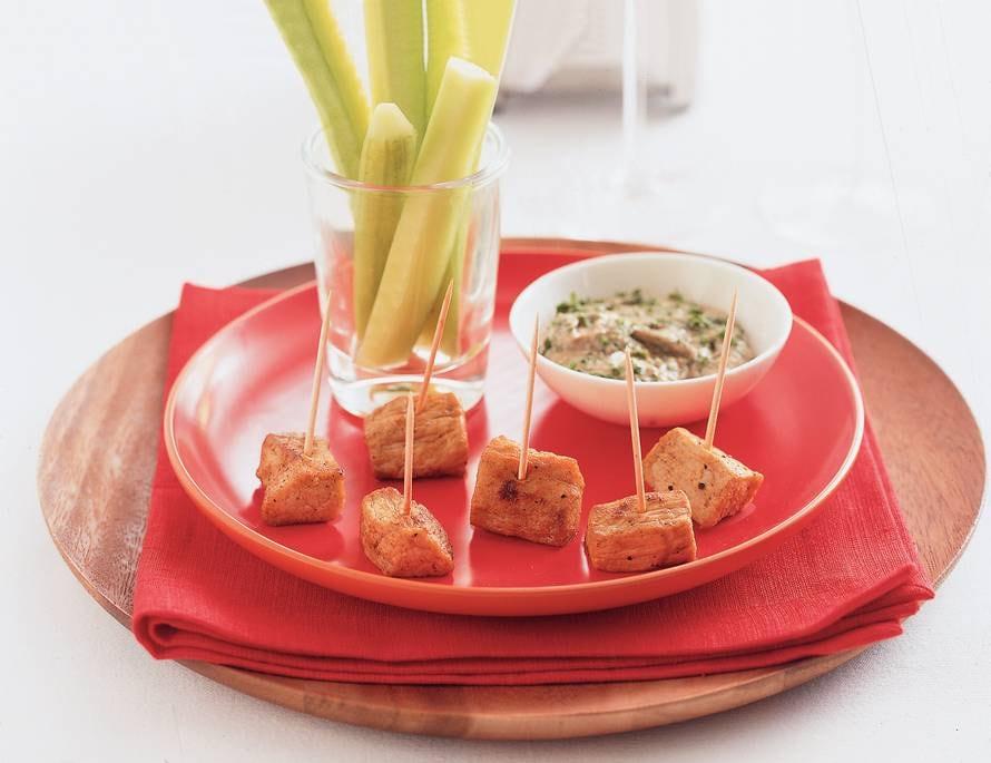 Kalfsspiesje en komkommerrepen met peterseliedip