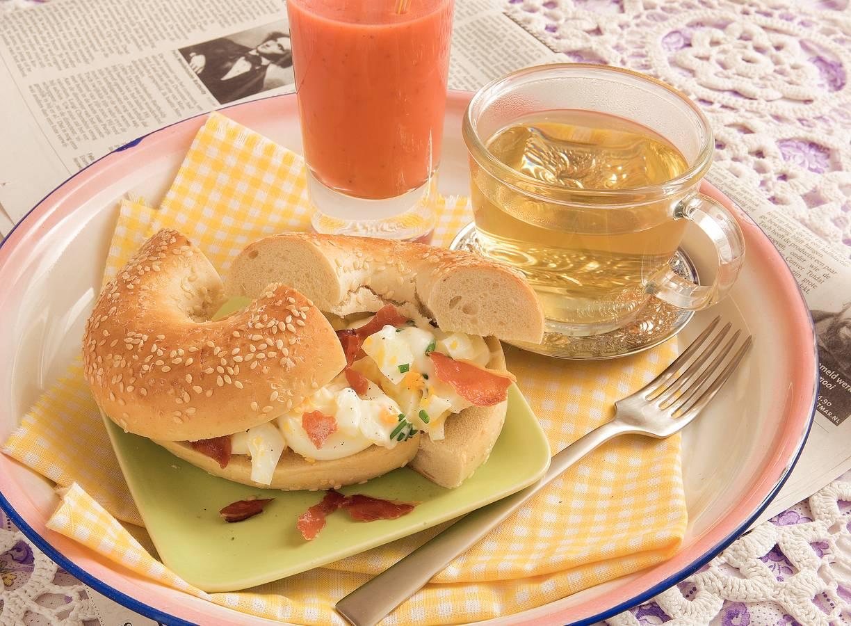 Bagel met eiersalade en krokante ham