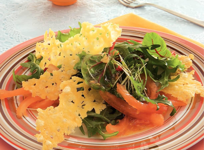 Gemengde salade met krokante kaaschips