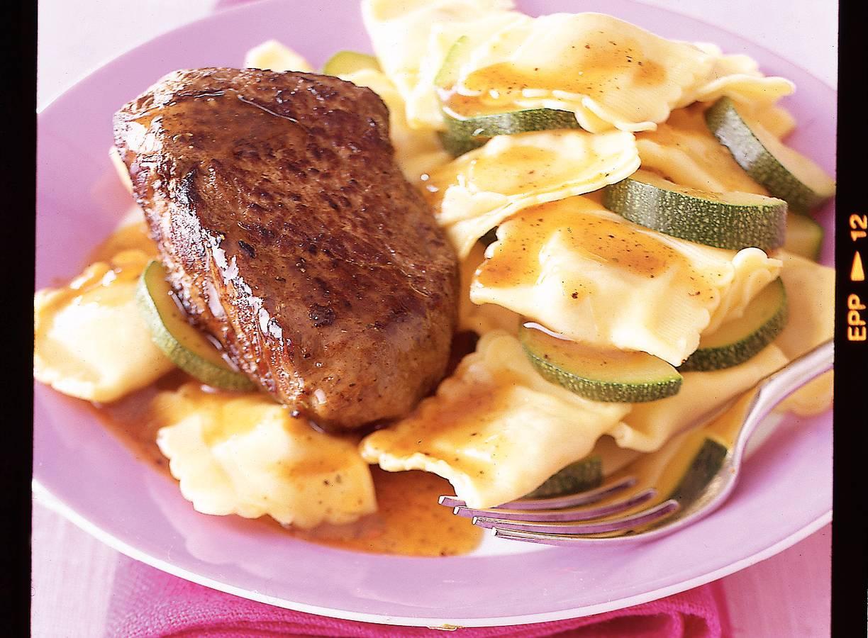 Biefstuk met saliejus en ravioli