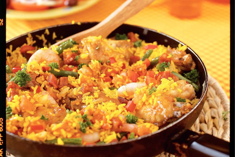 Spaanse Rijstschotel Met Kip En Garnalen Recept Allerhande