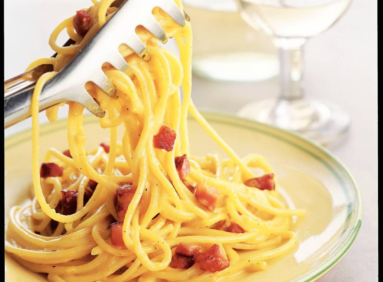 Spaghetti met ei en spekjes