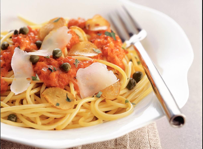 Spaghetti met geroosterde-paprikasaus