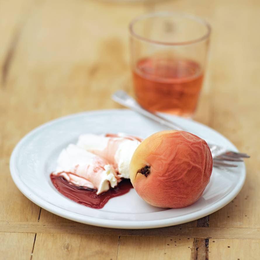 In rosé gestoofde perziken met mascarpone