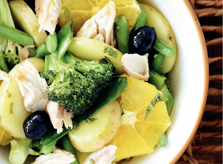 Groene groenten met makreel en sinaasappel