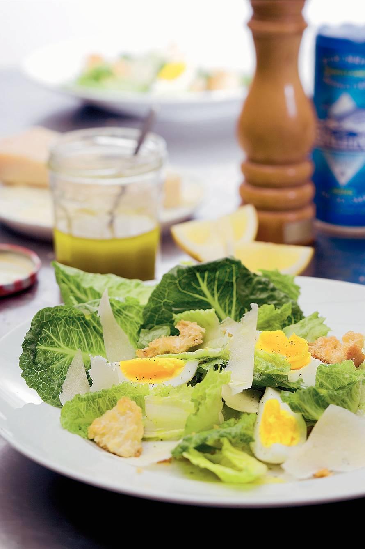 Salade met zelfgebakken knoflookcroutons en  citroendressing