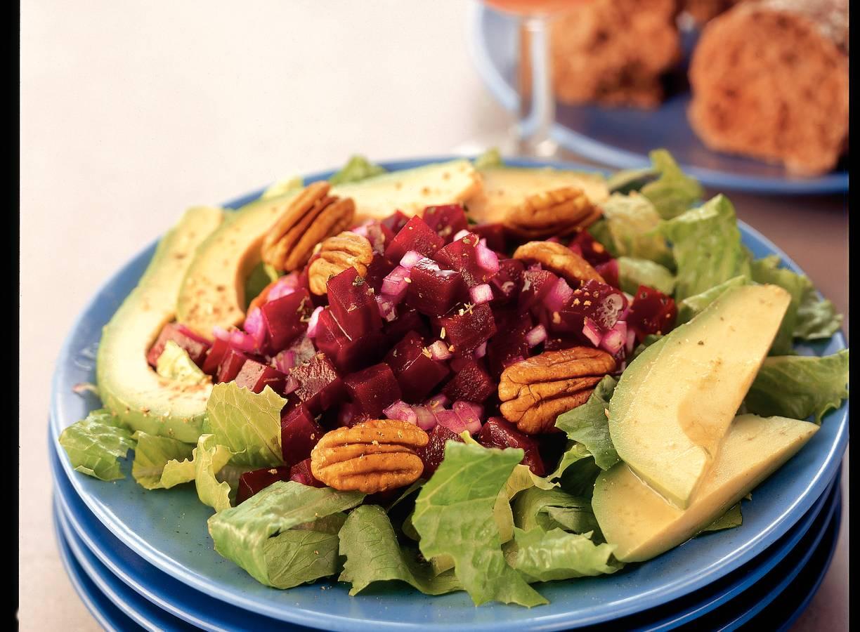 Salade van gemarineerde bieten en avocado