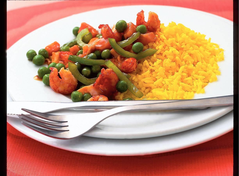 Zalm en rivierkreeftjes met gele rijst