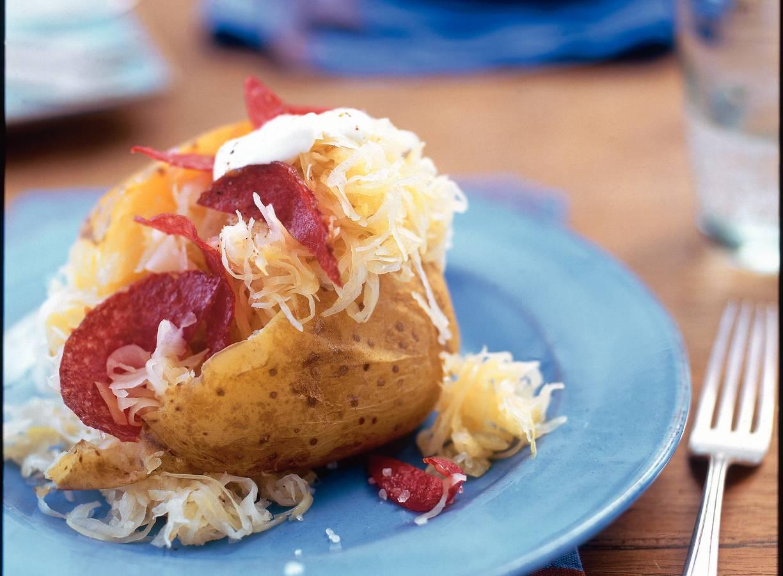 Zuurkool op gepofte aardappel
