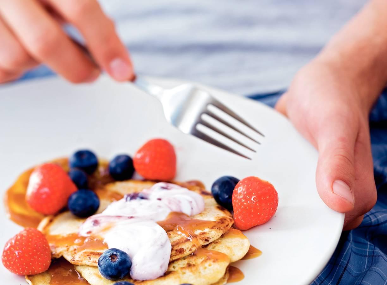 Pannenkoekjes met aardbei en bosbes