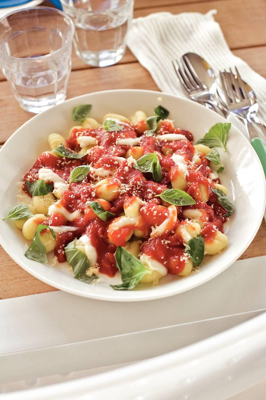 Gnocchi tomatensaus met verse basilicum