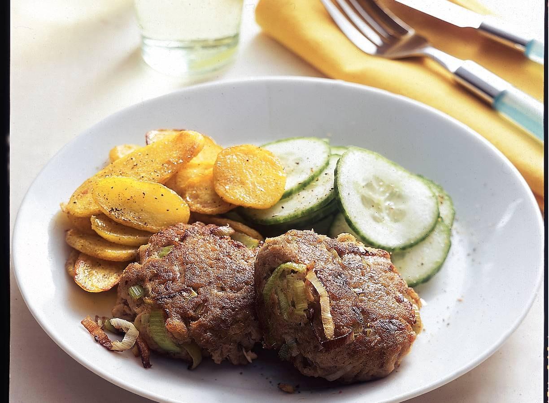 Zalmburgers met kerrie-aardappeltjes