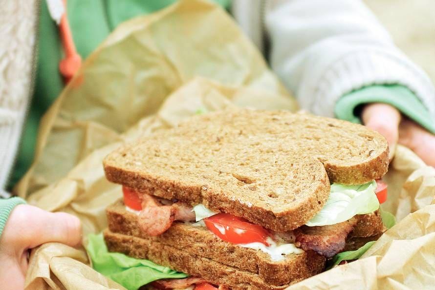 Sandwich met bacon, sla en tomaat