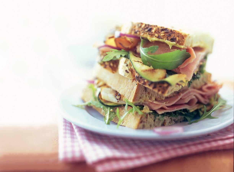Gegrilde ham met courgette en mosterdmayonaise