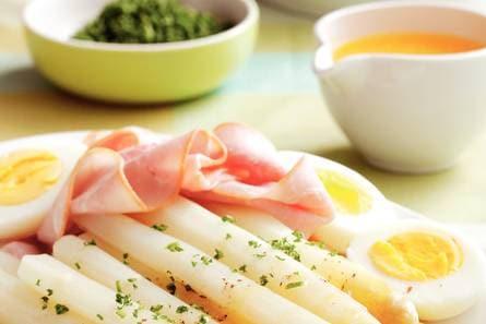 asperges met ham, ei en botersaus - recept - allerhande - albert heijn