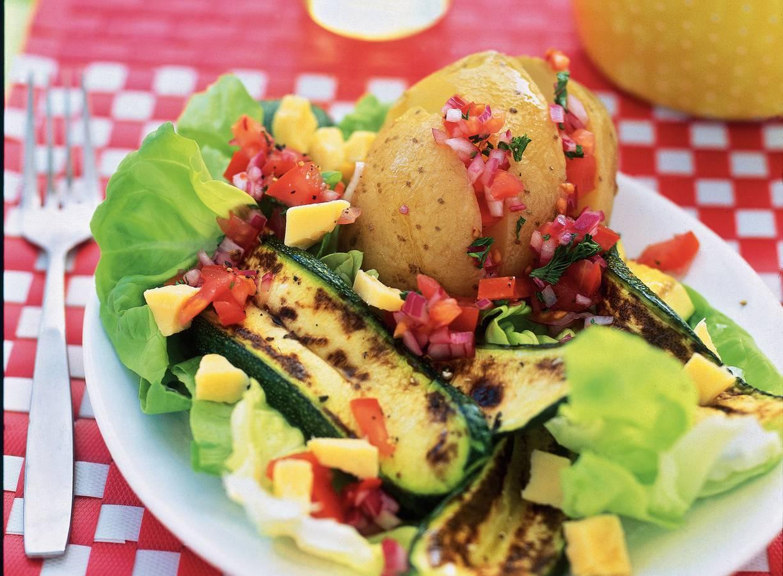 Gepofte aardappel met salsa en salade