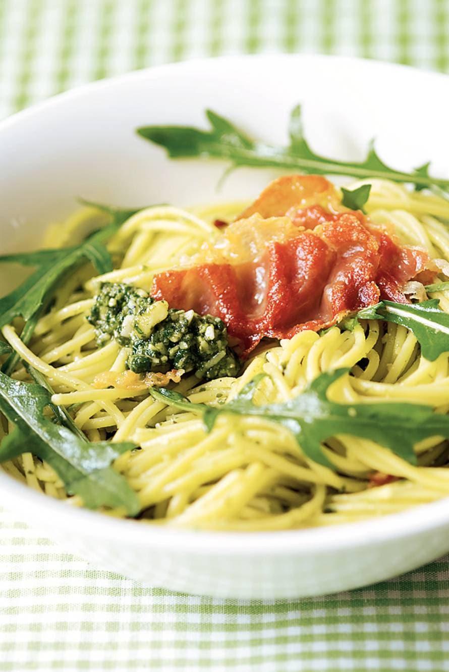 Pestospaghetti met rucola en krokante ham