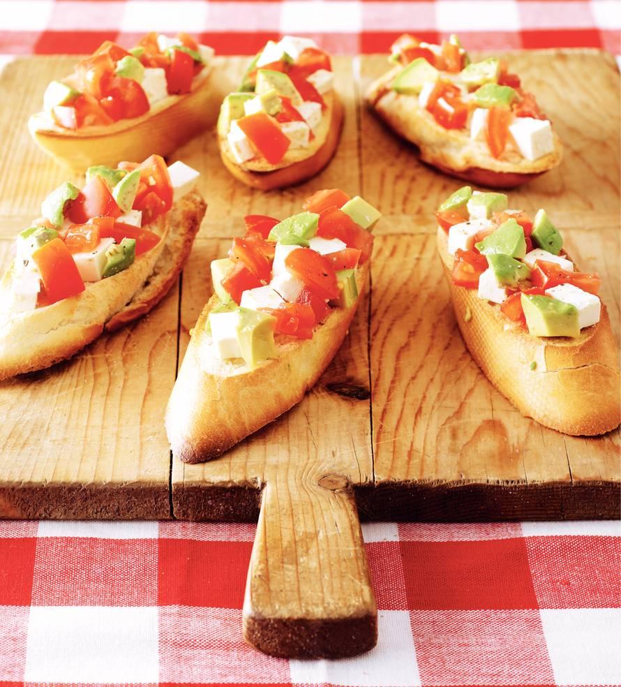 Geroosterd brood met avocado en witte kaas
