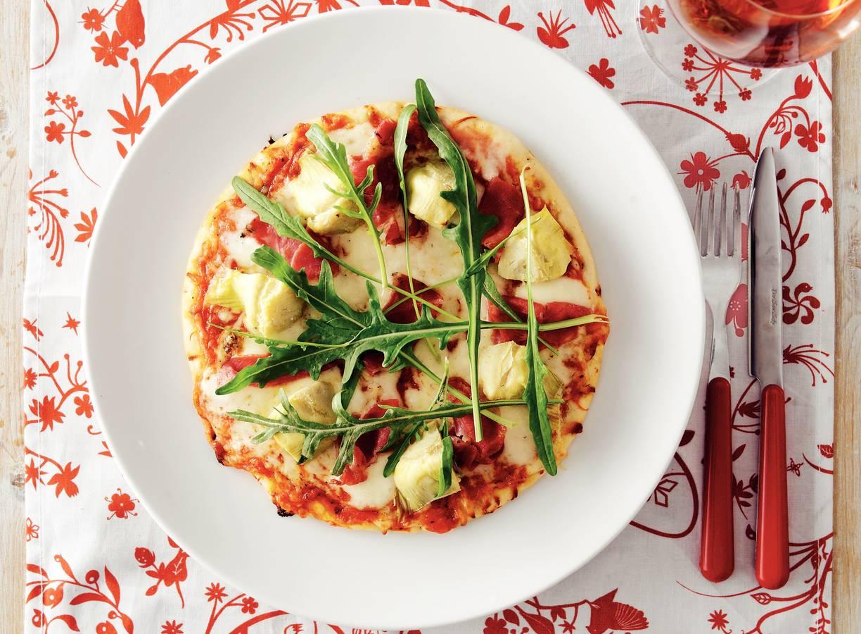 Pizza met ham en artisjok