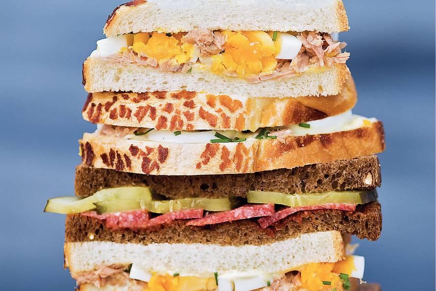 Salamisandwiches met rode tapenade