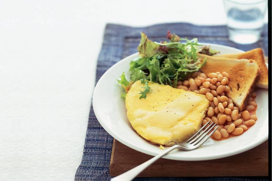 Omelet en witte bonen intomatensaus