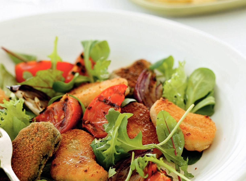 Salade met krokante groentenuggets en gegrilde groenten