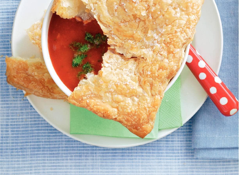 Tomatensoep met pesto en bladerdeegkrokantje