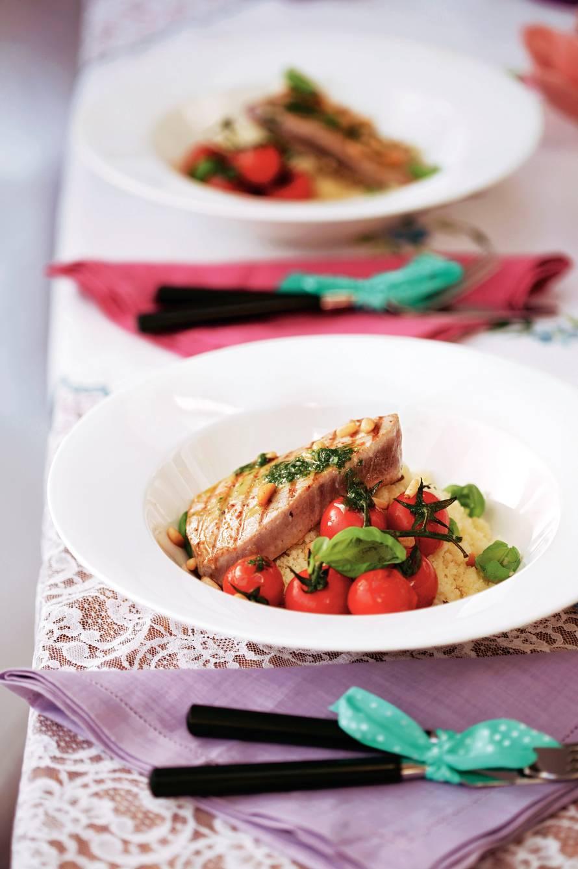 Gegrilde tonijnsteak met basilicumsaus