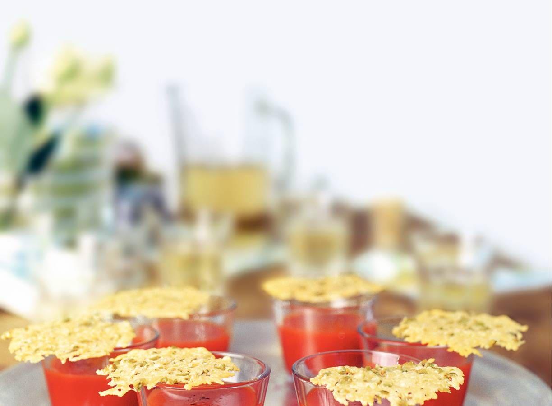 Pittige tomatendrank met olijvenkoekje
