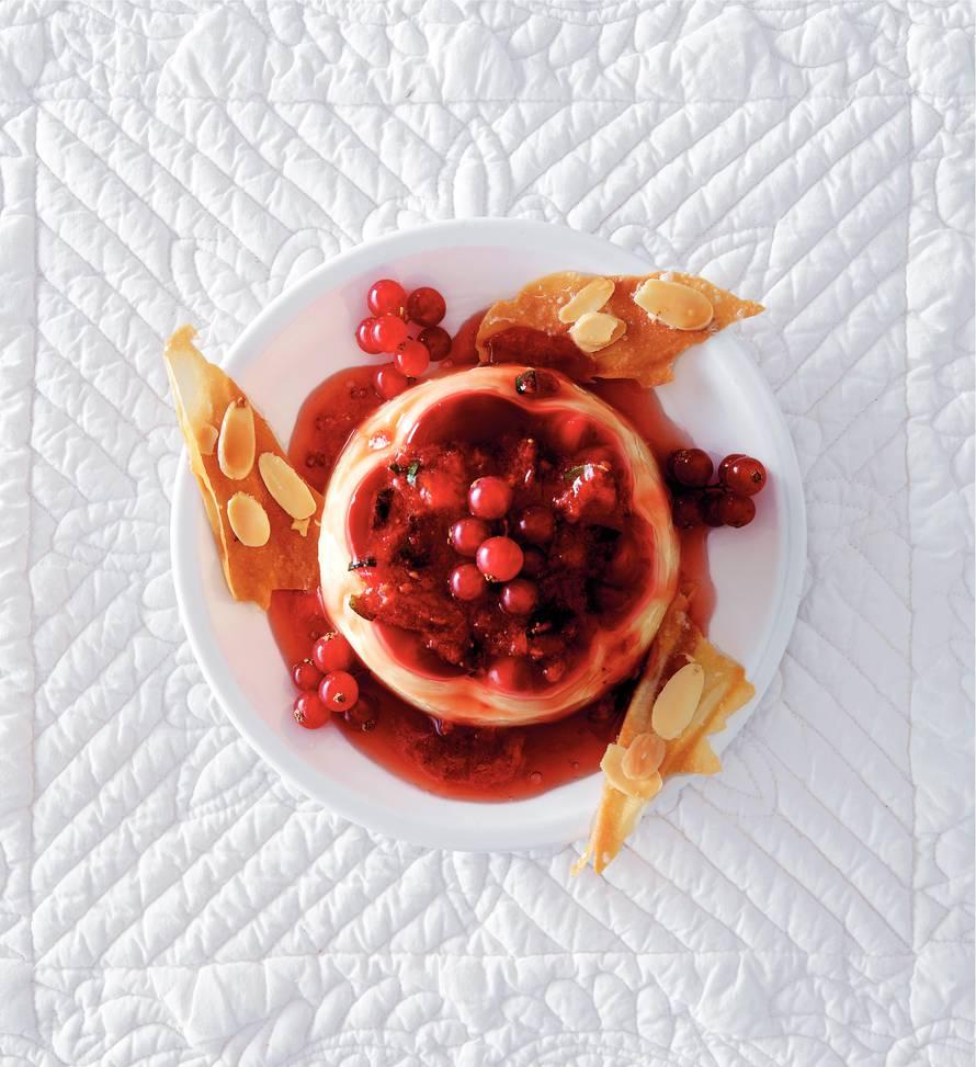 Vanillepudding met verse vruchtensaus