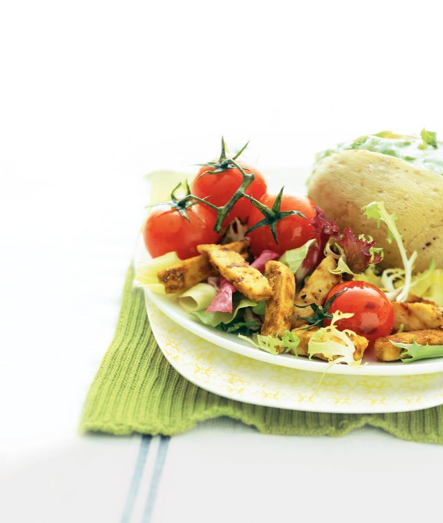 Voorjaarssalade met frisgevulde aardappel