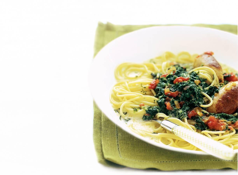 Pasta met spinazieroomsaus en kruidige worst