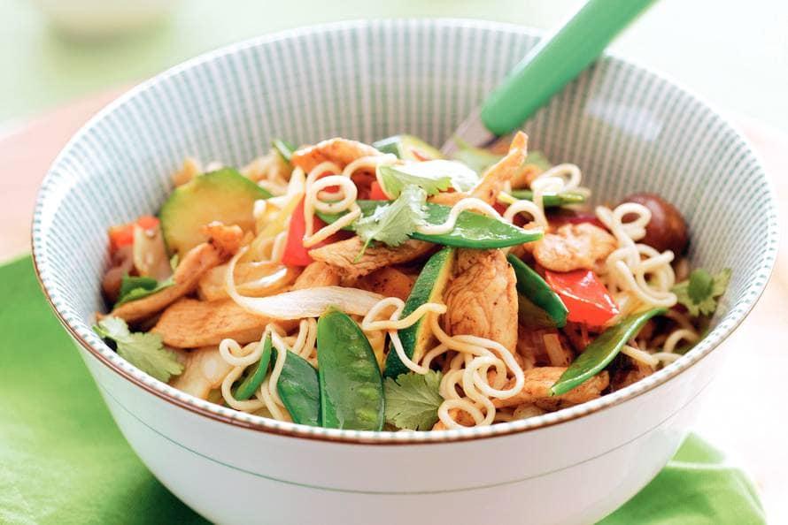 recept noedels met wokgroenten en kip